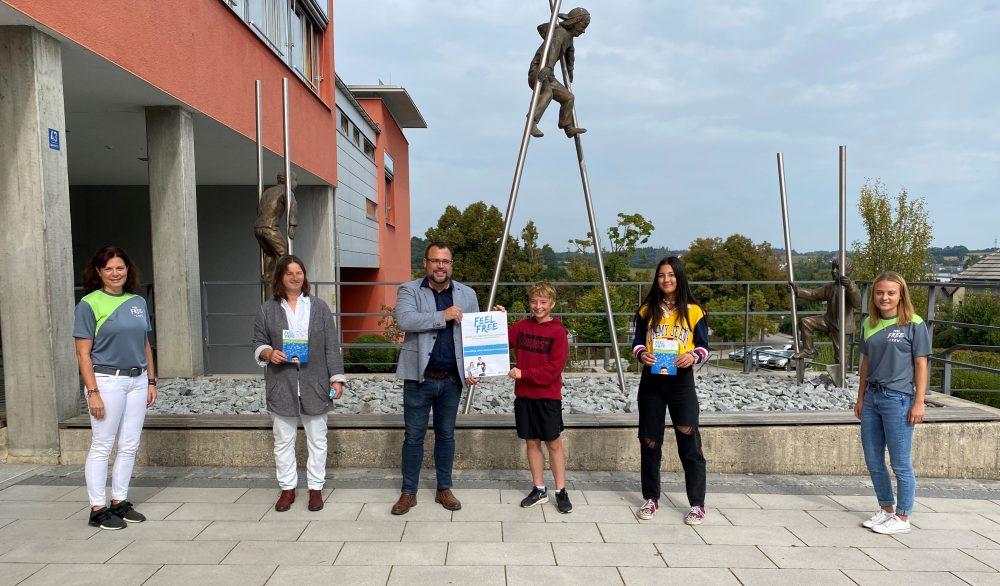 Sonja Geigenberger (Hans Lindner Stiftung), Susanne Black (Mittelschule Arnstorf), Marco Ketter (Schulleitung Mittelschule Arnstorf), Nick Smailus (8b), Sophie Forstenaicher (8b), Amelie Knab (Projektleitung FEEL FR.E.E.)